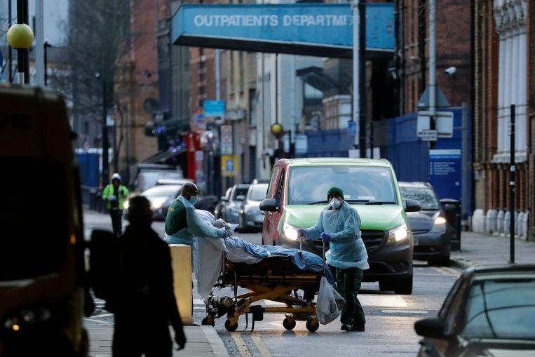 Een constante stroom patiënten wordt door ambulances naar de Londense ziekenhuizen gebracht.  Beeld AP