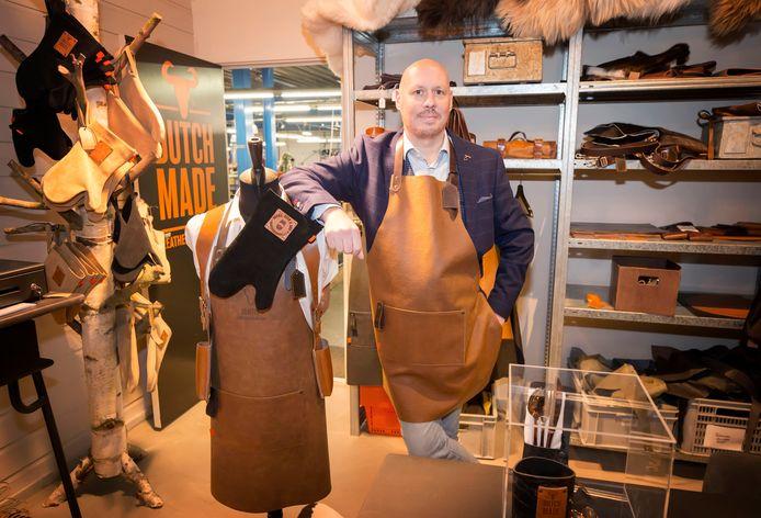 Jan Klerkx bij enkele nieuwe lifestyle lederen producten die vallen onder het merk Dutch Made.