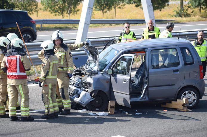 De auto die betrokken was bij het ongeluk op de A32 liep veel schade op.