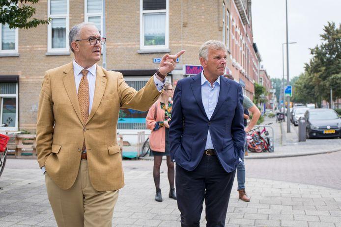 Ahmed Aboutaleb leidt Herman Bolhaar (rechts) rond door Carnisse, een wijk in Rotterdam-Zuid waar naar schatting twintig procent van de inwoners uit Oost-Europa komt.