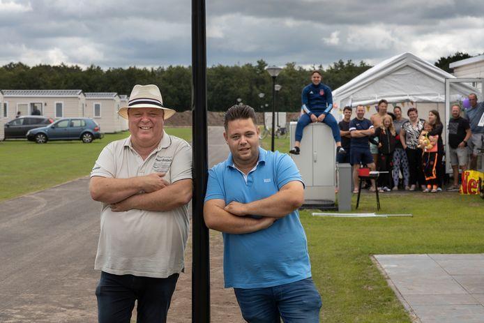 Peter en Mark Gillis op het nieuwe gedeelte van Slot Cranendonck. Op de achtergrond de familie De Haan uit Tilburg.