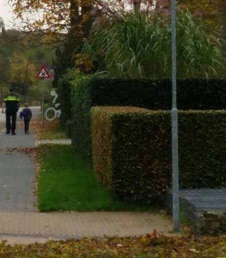 Twee jongens samen op bijrijdersstoel, politie brengt er een te voet thuis