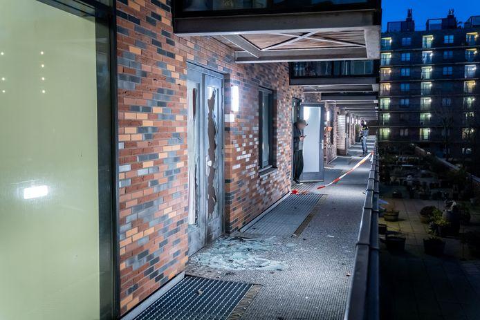 De deur van de woning is zwaar beschadigd en het glas ligt er uit.