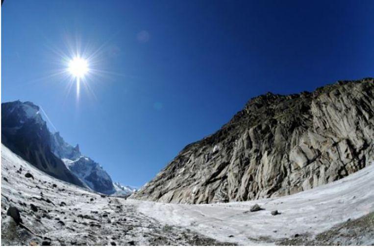 Van oktober 2014 tot oktober dit jaar verloor de 32 vierkante kilometer grote gletsjer 'La Mer de Glace' gemiddeld 3.61 meter ijs aan de oppervlakte. Beeld AFP