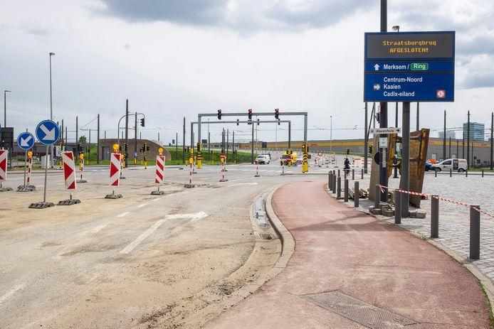 De werken aan de Straatsburgbrug zullen nog een onbepaalde tijd duren, mede door een juridisch dispuut. Wegen en Verkeer gaat nu de linkerzijde opdelen voor verkeer in beide richtingen.
