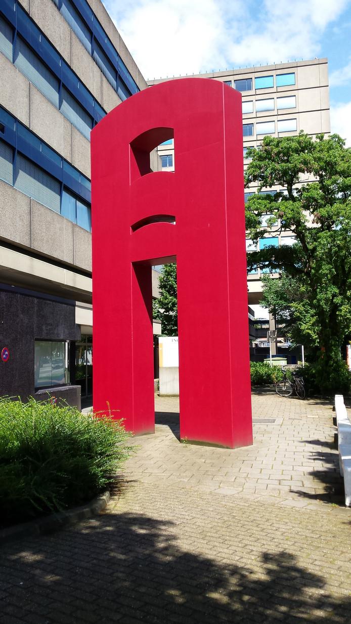 Een van de onderdelen van het kunstwerk van Hans Koetsier bij het voormalige Giro-kantoor aan de Velperweg in Arnhem, dat ten prooi is gevallen aan de sloop.