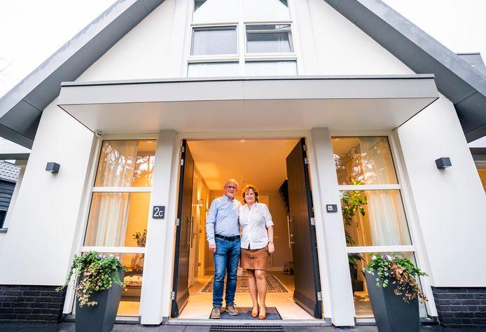 Rob en Wilma de Koning vertrekken uit Doorn, maar zijn zo ingenomen met hun huidige woning dat ze het op een andere plek opnieuw laten bouwen.