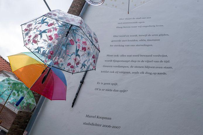 Op de gevel van een winkelpand op de hoek van de Reigerstraat en de Korte Delft in Middelburg is een gedicht van Marcel Koopman geschilderd. Op deze gevel stond een gedicht van Andreas Oosthoek, maar dat wordt verplaatst naar een gevel in de Breestraat.