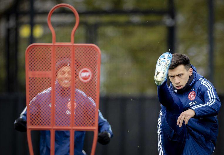 Lisandro Martínez checkt de veerkracht van zijn hamstring op de training voor de wedstrijd tegen AS Roma. Beeld ANP