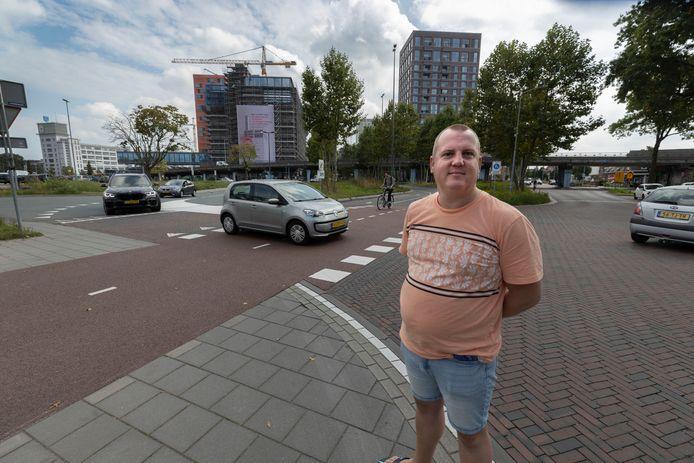 Ralf Hellings op het gewraakte kruispunt. Op de achtergrond het Strijps Bultje.