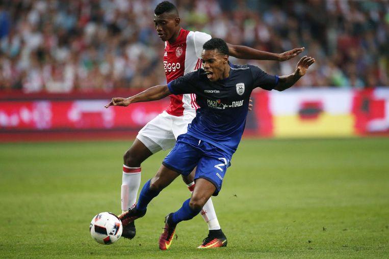Mateo Cassierra in duel met Garry Mendes Rodrigues tijdens Ajax - PAOK Thessaloniki op 26 juli Beeld anp