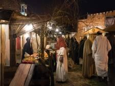 Kindeke Jezus ligt in de regen in de historische binnenstad van Harderwijk
