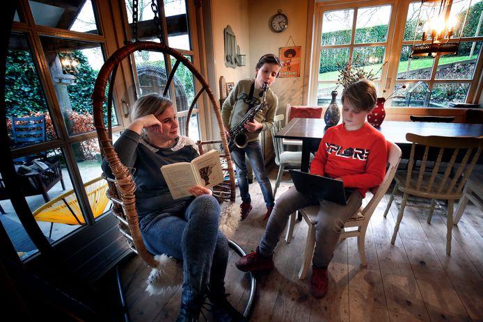 Esther Cornet (41) werkt met haar twee jongste kinderen Sam en Boas thuis, haar drie dochters doen hun schoolwerk op een andere locatie.