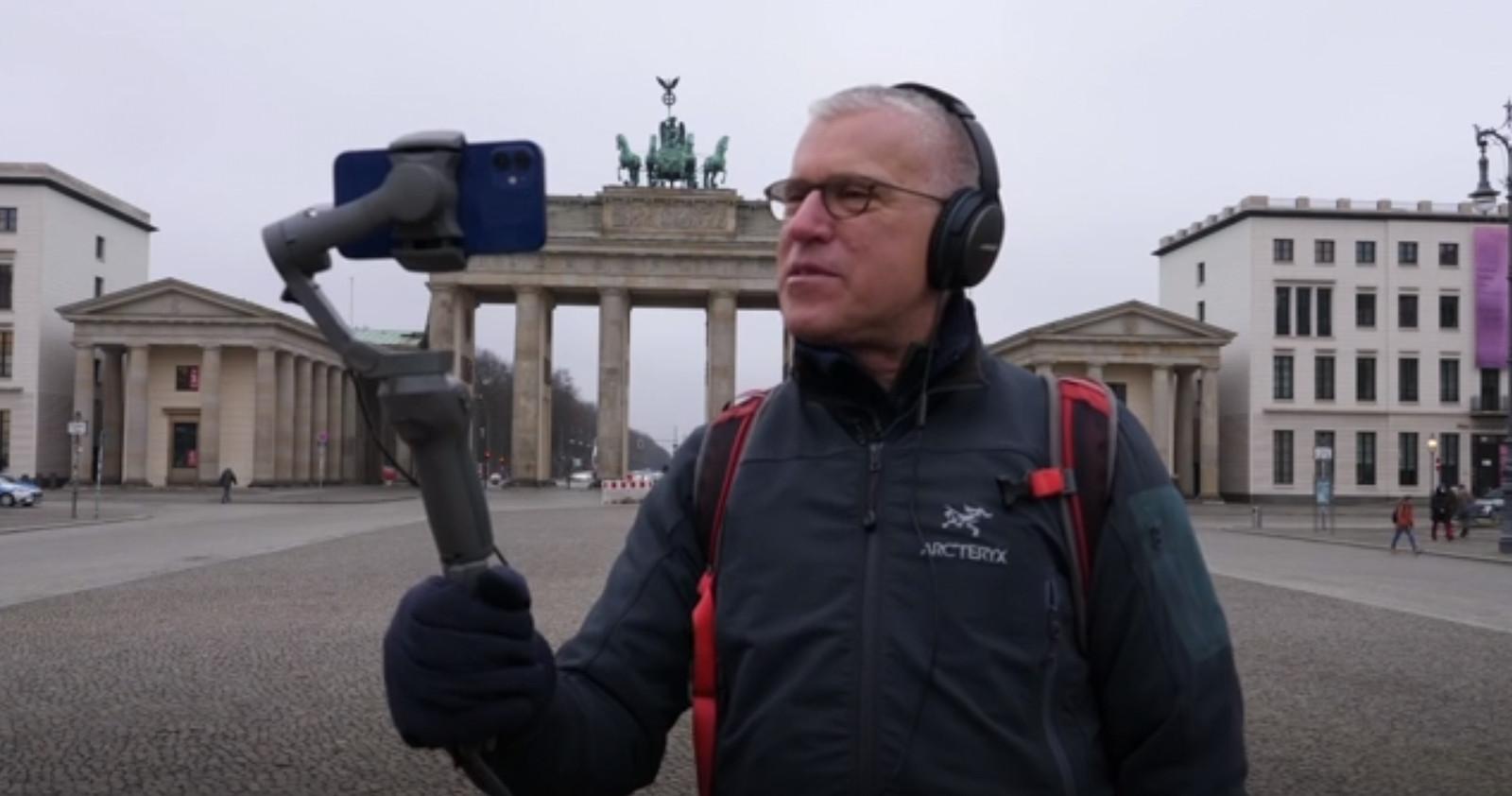 """""""C'est une nouvelle niche qui pourrait être créée pour les personnes qui n'ont pas le temps, qui n'ont plus la possibilité de voyager"""", entrevoit le guide Jeremy Minsberg, ici devant la porte de Brandebourg, à Berlin"""