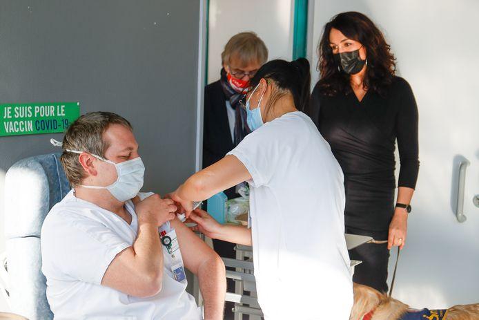 Christie Morreale (à droite), ministre wallonne de la Santé