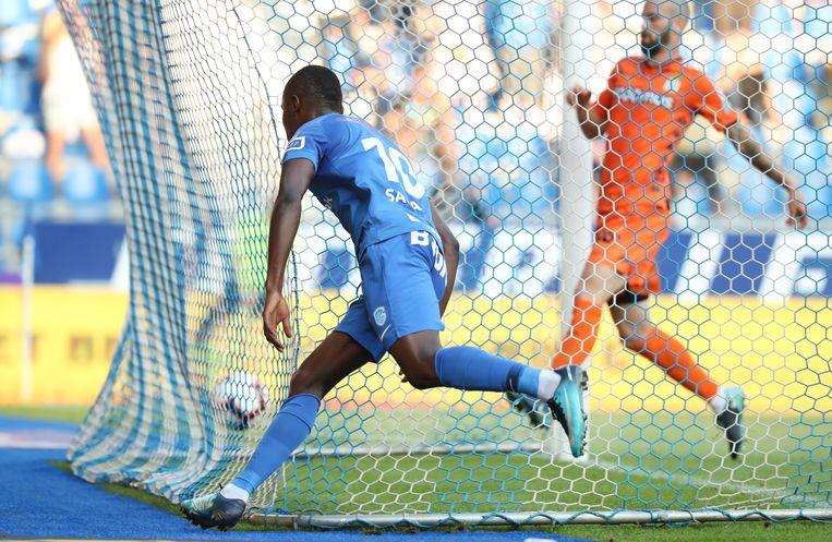 Samatta werkt de voorzet van Ndongola binnen: 2-1.