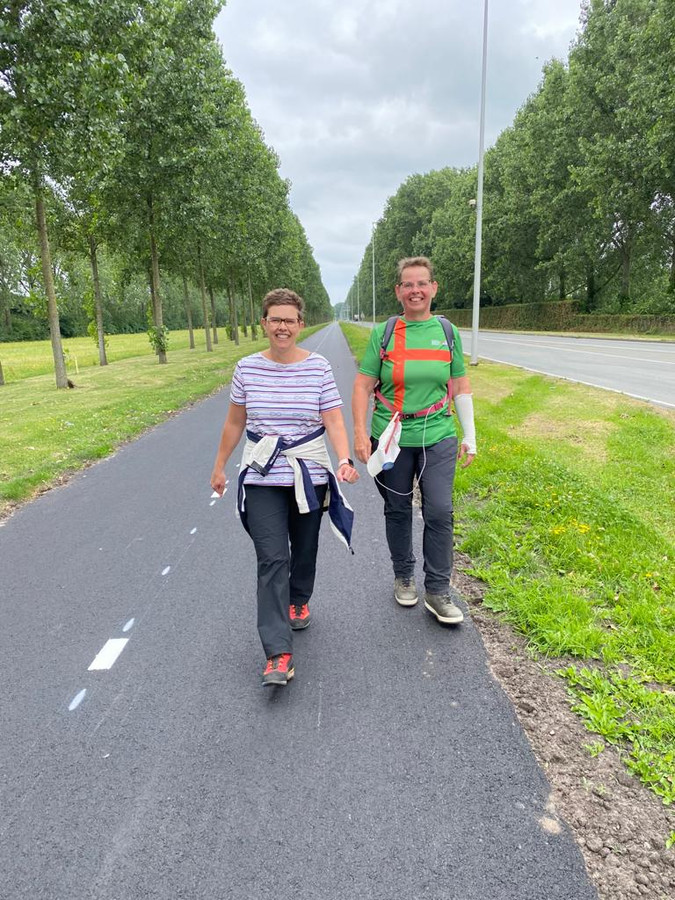 Marita van Bavel (r) loopt de laatste meters van haar vierdaagse samen met Annette van Uitert van hospice Nathrine, het goede doel waarvoor ze zich inspande.
