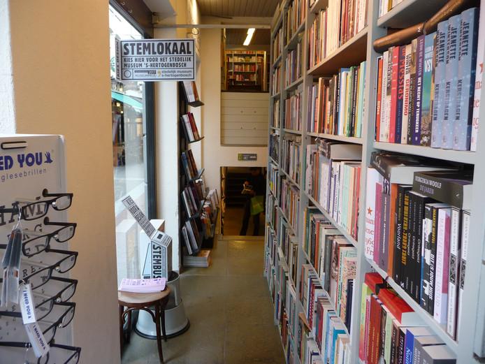 Stemlokaal in boekhandel Van Heinen