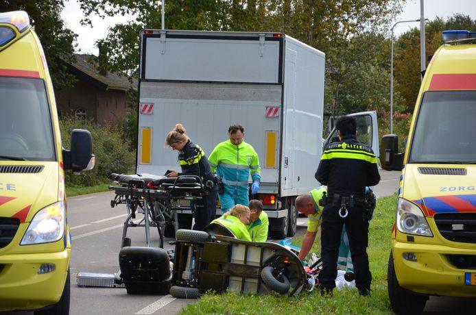 Een oudere vrouw is zwaargewond geraakt na een aanrijding met een kleine vrachtwagen op de Sliekstraat (N314) buiten Hummelo.