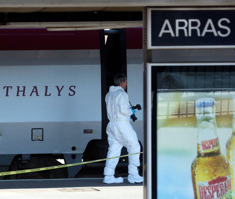 Een forensisch expert aan het werk na de mislukte terreurdaad op een Thalystrein in 2015. Beeld AP