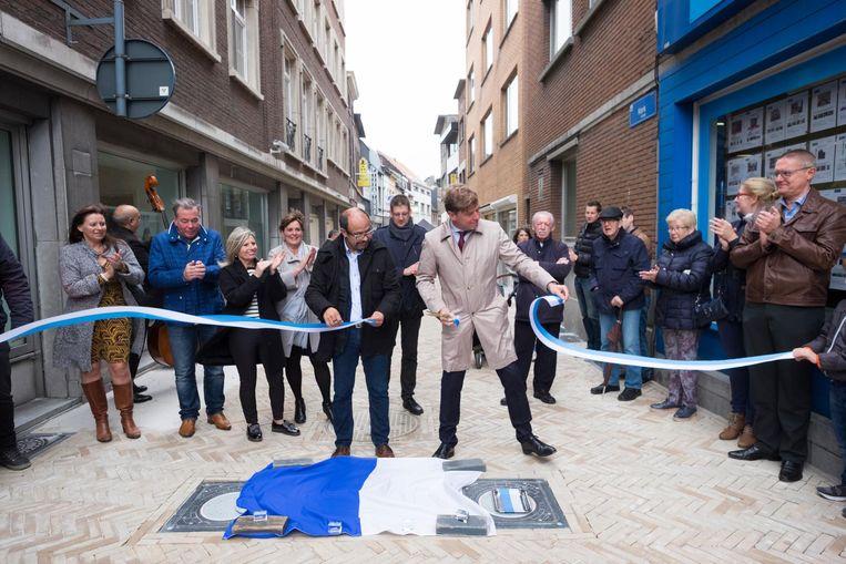Burgemeester Jeroen Baert (r.) opent de Kerkstraat officieel.