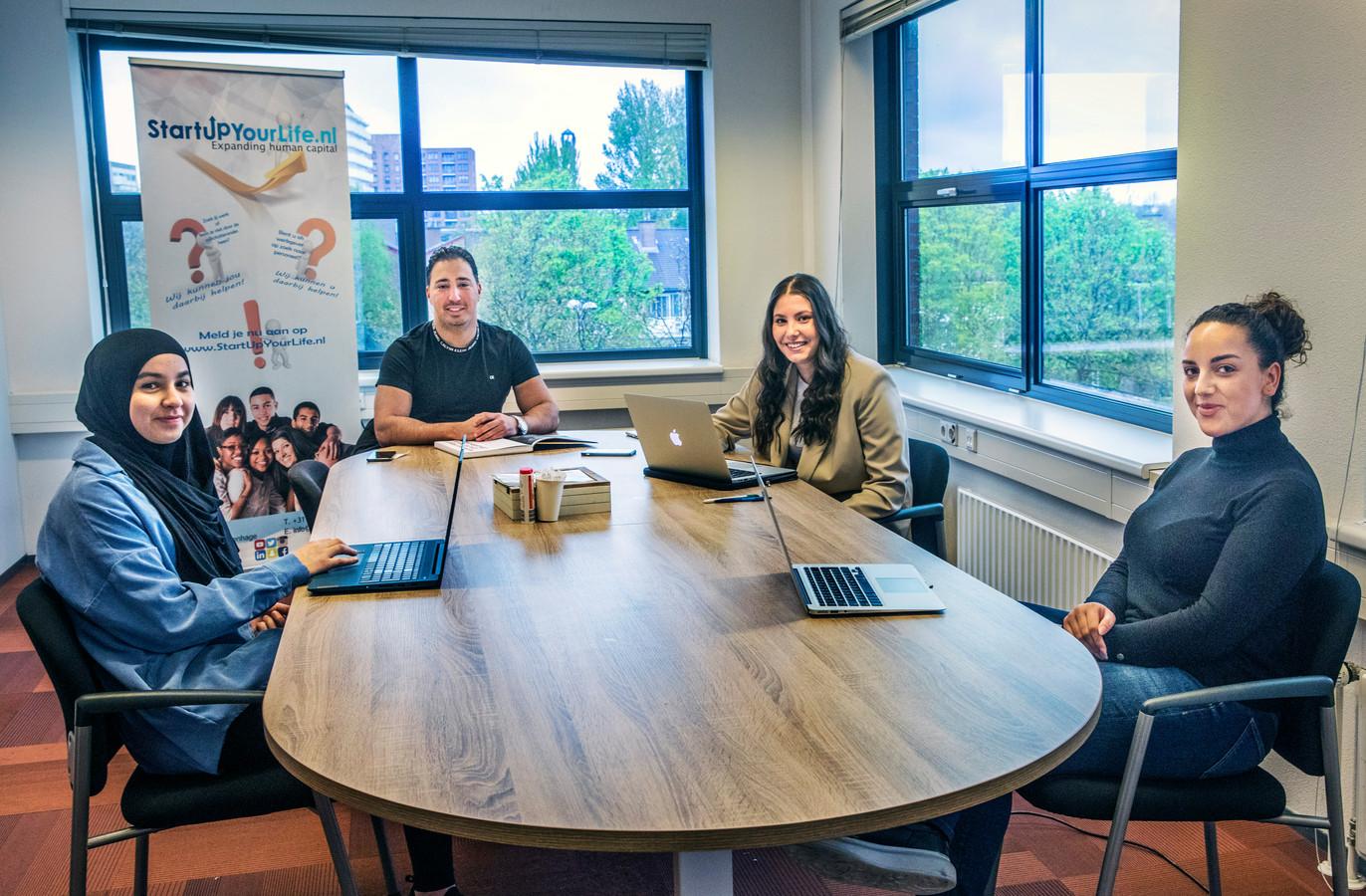 V.l.n.r. Soukaina Hallouzi, Mourad Ouari, Alena Karadirek en Sandra Mena proberen andere jongeren te helpen die vanwege de crisis moeilijker aan een baan kunnen komen.