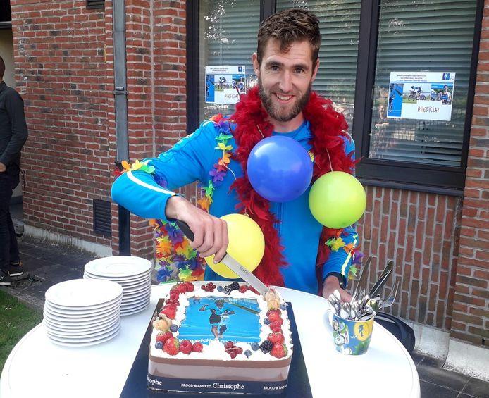Adam Lambrechts snijdt de taart aan tijdens zijn korte huldiging bij Campus De Vesten in Herentals