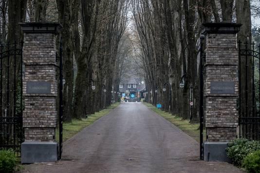 De lange oprijlaan van TopParken in Lunteren.