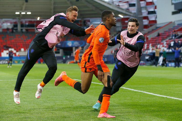Myron Boadu viert de winnende 2-1 met Kaj Sierhuis (links) en Jurgen Ekkelenkamp (rechts). Beeld Pro Shots / Thomas Bakker