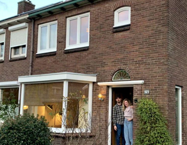 Pien en Alex voor hun woning in Nijmegen. Beeld RTL