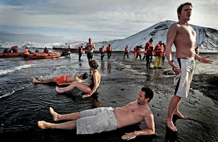 Toeristen op Deception Island, een vulkanisch eiland bij Antarctica. Ook het toerisme op het continent neemt toe. Beeld Raymond Rutting