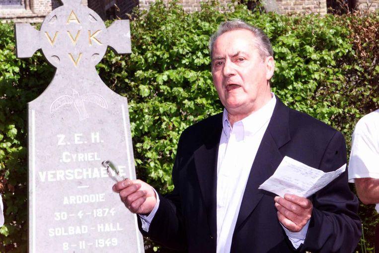 Bert Eriksson aan het graf van priester Cyriel Verschaeve.