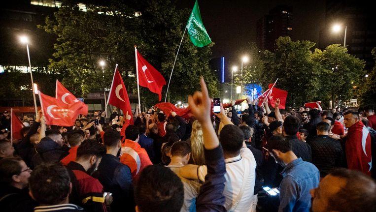 Nederlandse Turken verzamelen zich bij het Turkse consulaat in Rotterdam. Beeld anp