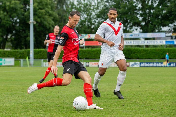 Robin Janssen verstuurt een pass tegen AFConder druk van spits Raily Ignacio.