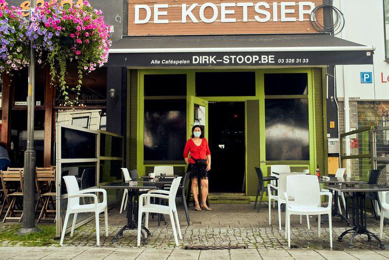 Karima, uitbaatster van De Koetsier: 'Ik heb al vaak meegemaakt dat mensen niet kunnen betalen.' Beeld Thomas Nolf