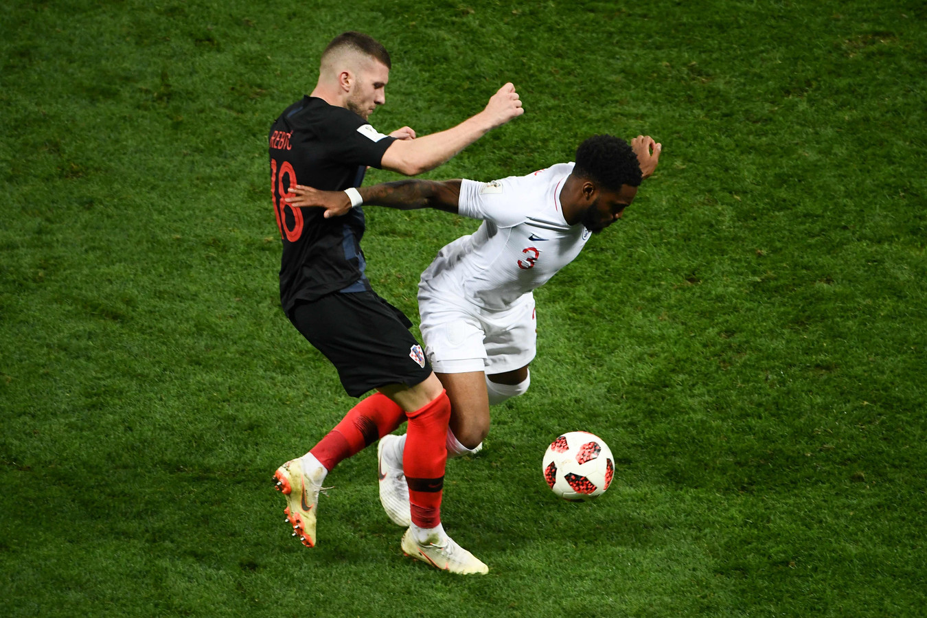 Ante Rebic (links) namens Kroatië in actie tijdens de halve finale tegen Engeland.  Zijn moeder kreeg gisteren nog snel een geldig reisdocument om naar Rusland te kunnen reizen.