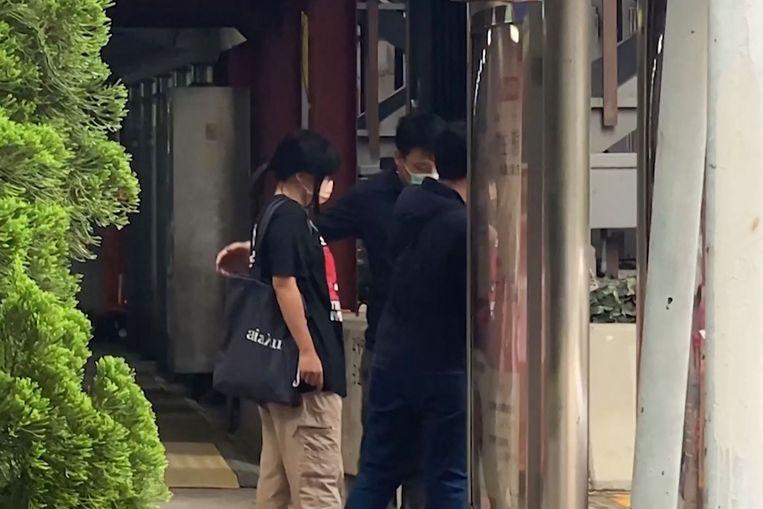 Videobeeld van de arrestatie van de activiste Chow Hang Tung vrijdagochtend. Beeld AFP