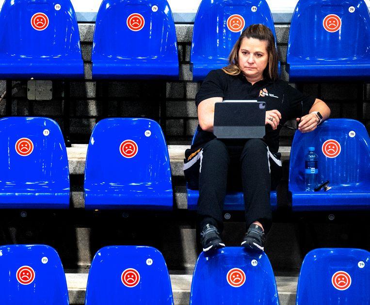Aimee Boorman, bondscoach van de Nederlandse turnvrouwen, observeert bij de olympische kwalificatiewedstrijden op 13 juni in Rotterdam.   Beeld Klaas Jan van der Weij