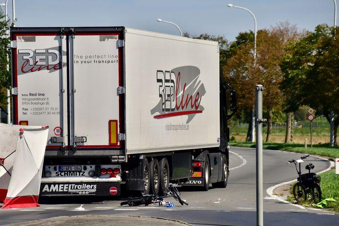 De zeventiger reed met zijn elektrische minifiets tegen een vrachtwagen, op het kruispunt van de Noorderring met de Brugseweg in Ieper.