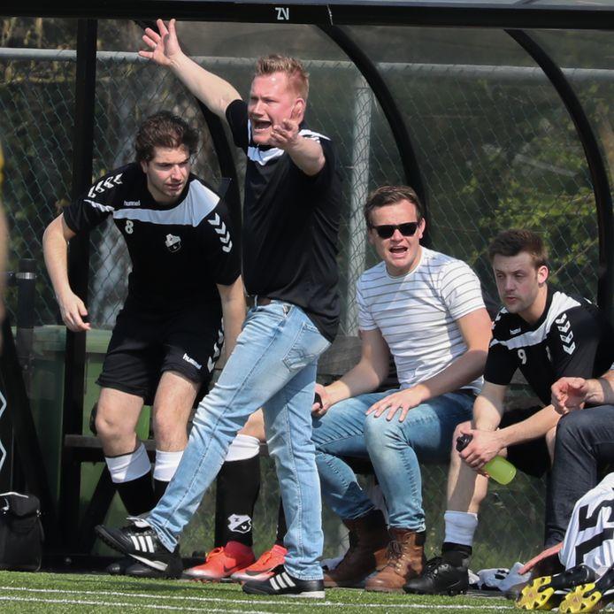 Ruud Ottenhof, op deze foto nog coach van Zenderen Vooruit, bezet momenteel de achttiende plek in het algemeen klassement van de Lezerstour.