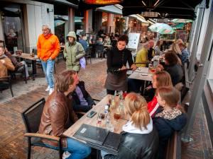 Drukte op dag voor Moederdag; ook bij druilerig weer wringt het in de Bossche binnenstad
