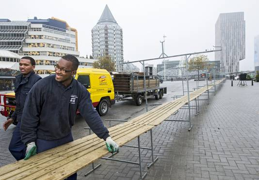 De markt op de Binnenrotte in opbouw.