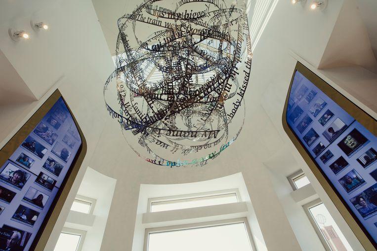 Het stalen kunstwerk Remembering Our Father's Words hangt in het Jona Goldrich Center for Digital Storytelling van de USC Shoah Foundation. Beeld NYT / ROZETTE RAGO