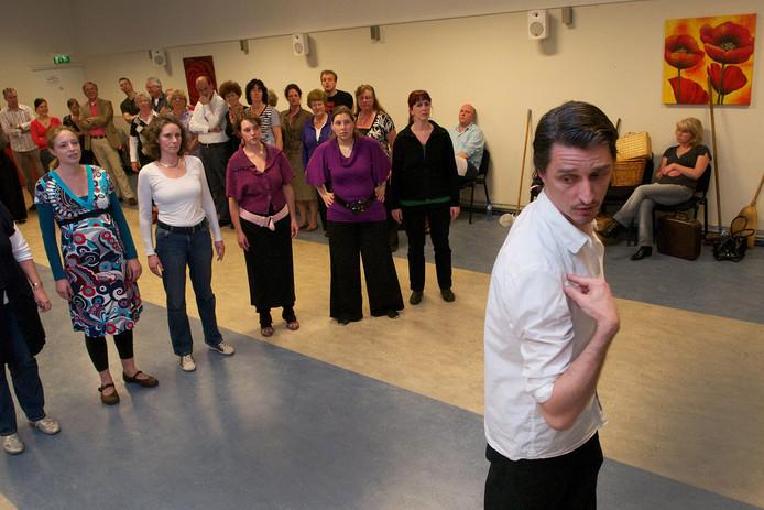 Duizenden mensen hebben in de loop der jaren Parkstaete aangedaan. Op deze archieffoto geeft choreograaf Adriaan Luteijn van Introdans instructie tijdens een dansrepetitie in april 2010. De dansers werkten aan een productie ter herdenking van de bevrijding.