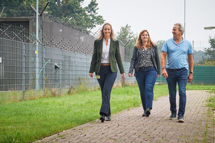 Sandrine Mikkers, Eefje Konings en Dirk van de Rijt (van links naar rechts) proberen de 93 mensen met tbs in Zeeland een warm nest te geven.