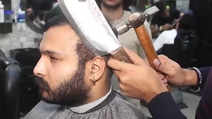 Pour 20 euros, ce coiffeur vous fait une coupe au chalumeau, au hachoir et au marteau.
