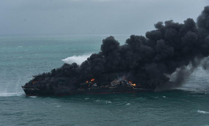 Het vuur ontstond in een container met salpeterzuur en verspreidde zich snel.