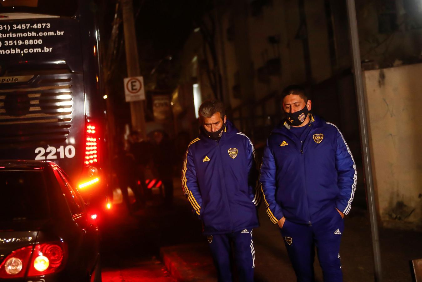 De bus van Boca Juniors wacht totdat deze kan vertrekken.