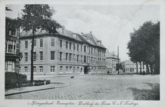 De drukkerij van Teulings in het begin van de twintigste eeuw. Er zitten nu appartementen in. De bedrijfshal erachter is gesloopt.