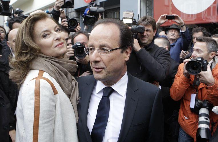 Francois Hollande en zijn toenmalige vriendin Valerie Trierweiler in 2012 Beeld ap